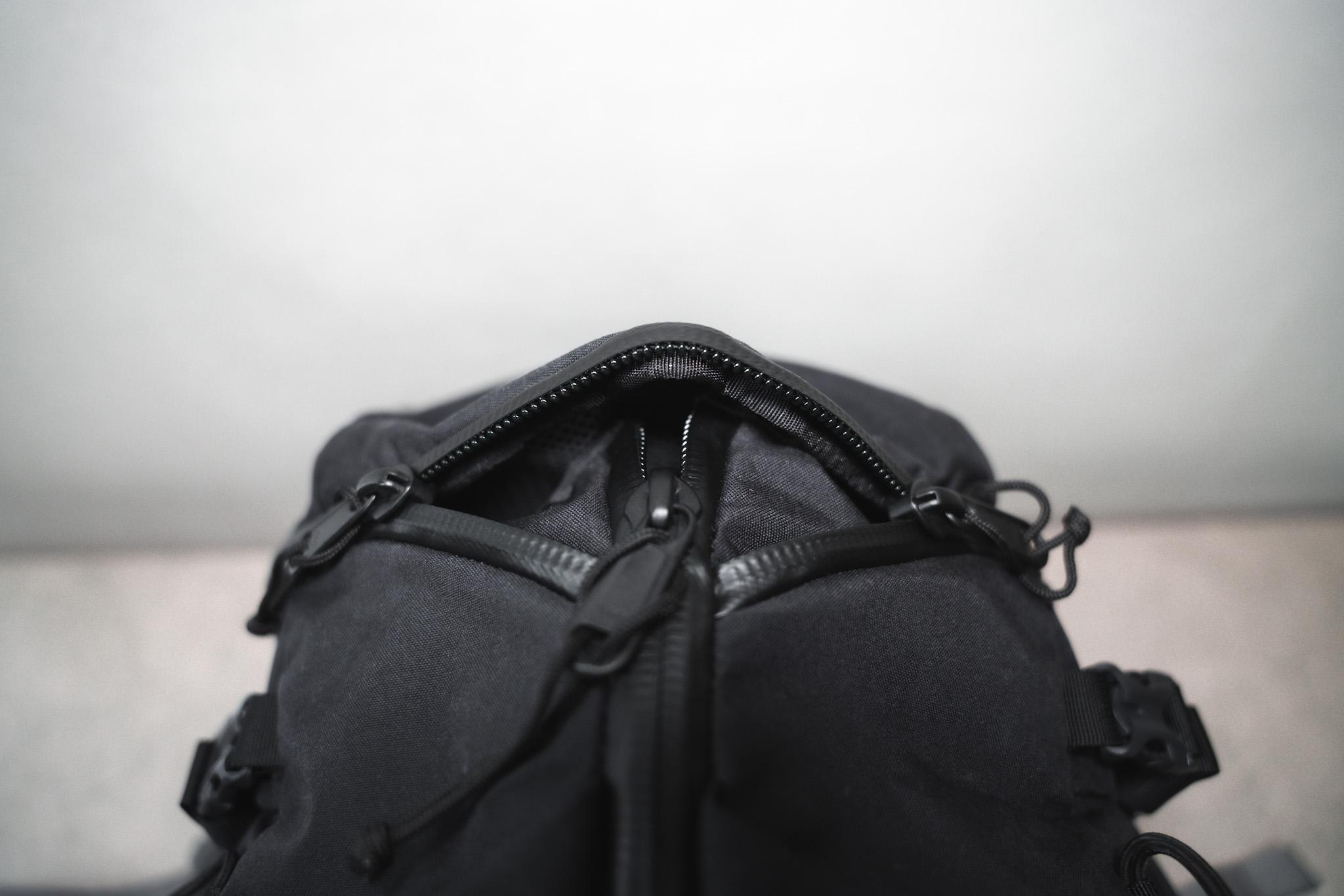 【レビュー】ミステリーランチ クーリー40|3ジップデザイン
